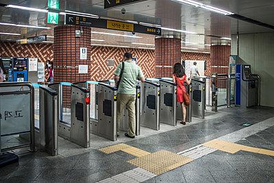 U-Bahn Station in Seoul - p846m1355531 von exsample