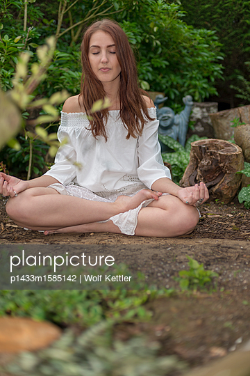 Meditieren auf einer Blumenwiese - p1433m1585142 von Wolf Kettler