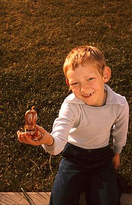 Boy holding an easter rabbit - p236m830963 by tranquillium