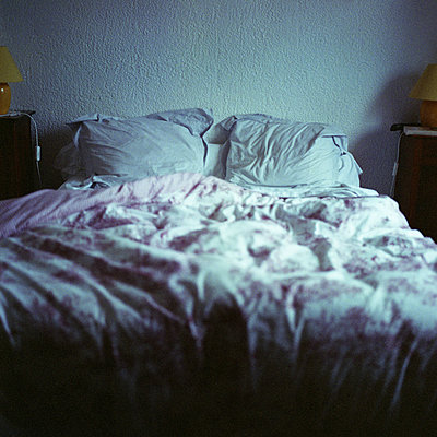 Empty bed - p675m922954 by Marion Barat