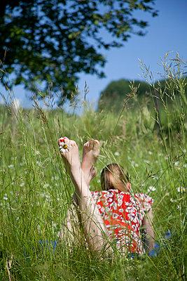 Frau auf der Wiese - p993m698508 von Sara Foerster