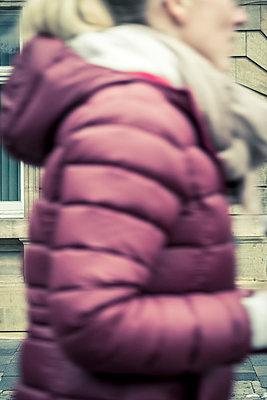 Junge Frau in lilafarbener Polsterjacke - p1302m1502564 von Richard Nixon