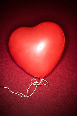 Heart-shaped balloon - p971m1039139 by Reilika Landen