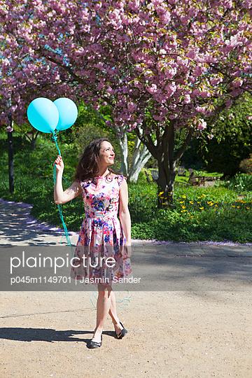 Spaziergang mit Luftballons - p045m1149701 von Jasmin Sander