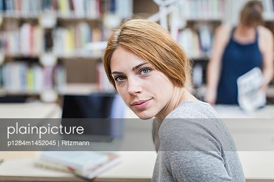 Studentin in Bibliothek - p1284m1452045 von Ritzmann