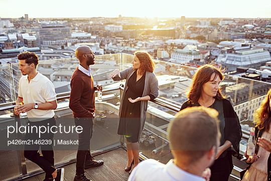 plainpicture - plainpicture p426m2146239 - Business coworkers discussi... - DEEPOL by plainpicture