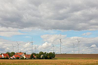 Windpark mit Ortschaft - p1099m1526260 von Sabine Vielmo