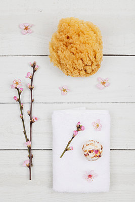 Cherry blossom soap ball on towel with natural sponge - p300m1581590 von Gaby Wojciech