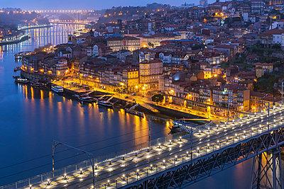 Portugal, Porto District, Porto, Aerial view ofDomLuis I Bridge at night - p300m2198870 by Raul Podadera Sanz