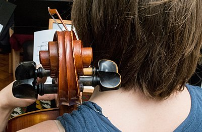 Young woman playing cello in string quartet practice, rear view - p429m1105786 by Angela Cappetta