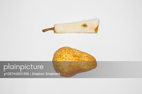 Birne vor weißem Hintergrund - p1057m2031355 von Stephen Shepherd