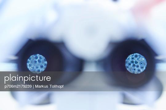 Microscopy in a laboratory, diagnostics, close-up - p706m2179239 by Markus Tollhopf