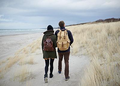 Paar am Strand - p1124m904584 von Willing-Holtz