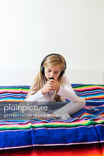 Mädchen hört Musik - p1114m1165956 von Carina Wendland