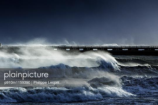 Bandungswellen an der Küste  - p910m1159390 von Philippe Lesprit