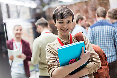 Portrait smiling female college student with backpack and laptop - p1023m1172685 by Agnieszka Olek