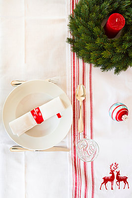 Red-white laid table with Advent wreath at Christmas time - p300m978003f by Larissa Veronesi
