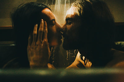 Caucasian couple relaxing in bathtub under shower - p555m1303651 by Sophie Filippova