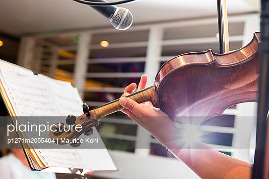 Geige spielen - p1271m2055404 von Maurice Kohl