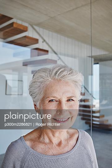 Südafrika, Western Cape, Yzerfontein, Immobilie, modernes Haus, Seniorin, Hausbesitzer, Eigenheim, Glück - p300m2286821 von Roger Richter