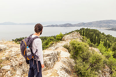 Greece, Volos, man enjoying view to Pagasetic Gulf - p300m1581289 von Maria Maar