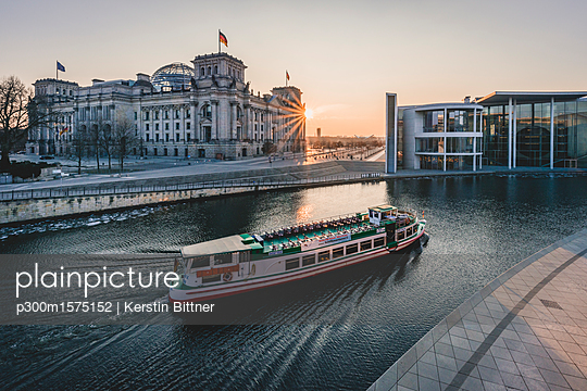 Germany, Berlin, view to Reichstag and Paul Loebe House at sunset - p300m1575152 von Kerstin Bittner