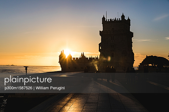 Portugal, Lisbon, Belem Tower at sunset - p300m1587526 von William Perugini