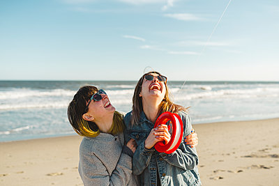 Happy friends on beach - p312m2139358 by Stina GrŠnfors