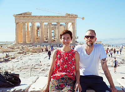 Paar posiert vor Akropolis - p432m1541646 von mia takahara