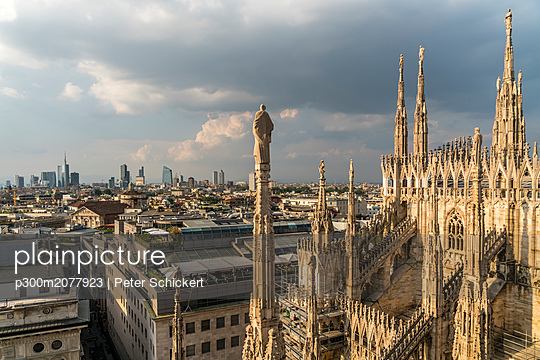 Italy, Milan, pinnacles and spires of Milan Cathedral and cityscape - p300m2077923 by Peter Schickert