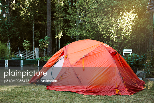 Tent in backyard - p312m2086475 by Lina Arvidsson