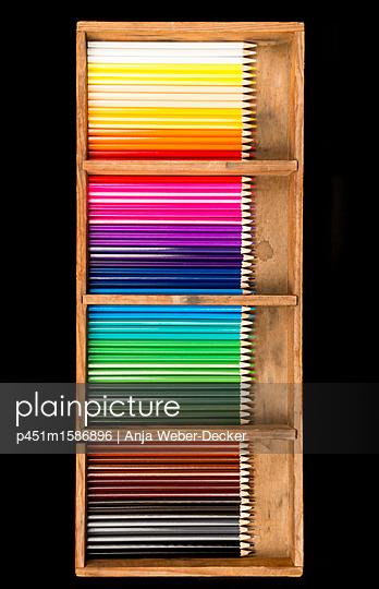 Viele Buntstifte in einer Holzkiste - p451m1586896 von Anja Weber-Decker