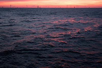 Morgenstimmung im Offshorewindpark Godewind - p1079m1092069 von Ulrich Mertens