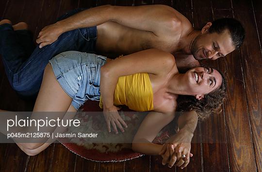 Ihn verliebt ansehen - p045m2125875 von Jasmin Sander