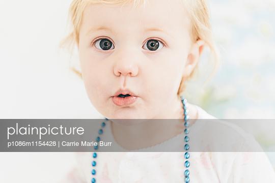 Kleines Mädchen mit geschürzten Lippen - p1086m1154428 von Carrie Marie Burr