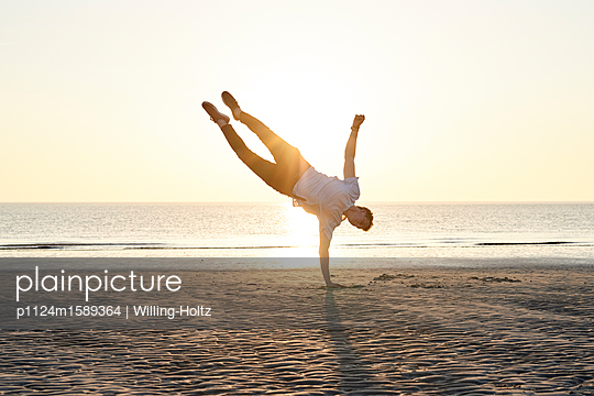 Akrobat am Strand - p1124m1589364 von Willing-Holtz