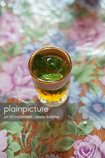 Fresh mint tea with mint leaves - p1167m2269966 by Maria Schiffer