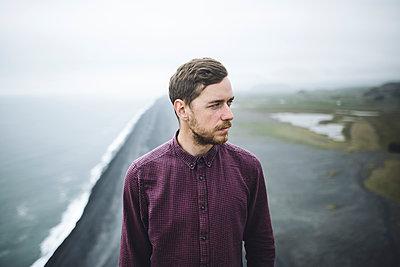 Bearded man above beach in Vik, Iceland - p1427m2123792 by Oleksii Karamanov