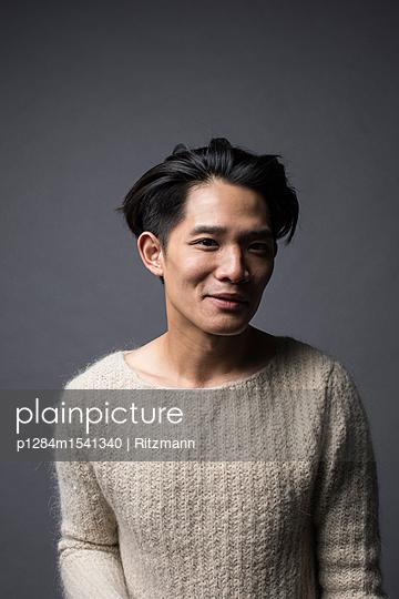 Asiatischer Mann im Pullover Porträt - p1284m1541340 von Ritzmann