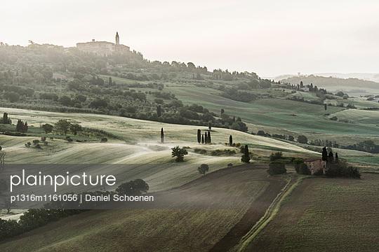 Landschaft bei Pienza, Val d`Orcia, Provinz Siena, Toskana, Italien, UNESCO Welterbe - p1316m1161056 von Daniel Schoenen