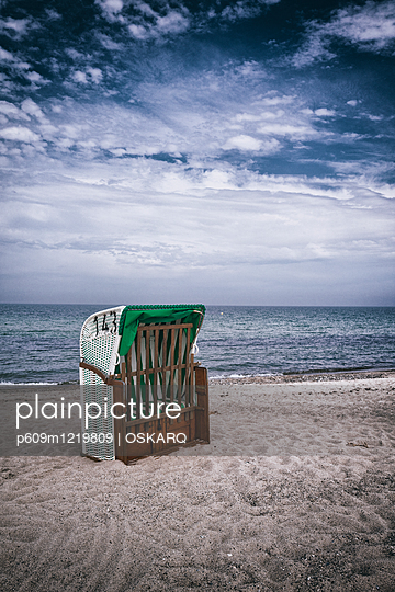 solitary old-fashioned hooded beach chair seaside - p609m1219809 by OSKARQ