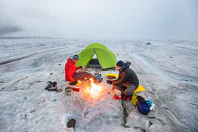 Overhead view of two mountaineers camping on glacier. - p1166m2189695 by Cavan Images