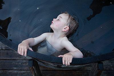 Kind in Wasser - p1308m1136761 von felice douglas