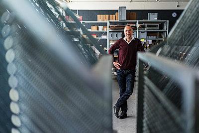 Confident mature man in a printing shop - p300m1166551 by Kniel Synnatzschke
