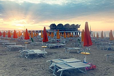 Italy, Lignano Sabbiadoro, sunrise on the beach - p300m997399 by Günter Flegar