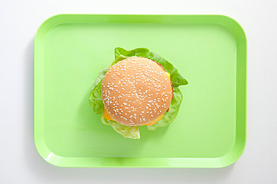 Burger on a green tray - p4541115 by Lubitz + Dorner