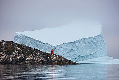 Eisberg im Nebel an Hafeneinfahrt - p719m1181414 von Rudi Sebastian