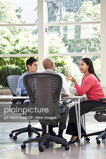 plainpicture | Photo library for authentic images - plainpicture p1100m1554029 - Mixed race team of business... - plainpicture/Mint Images