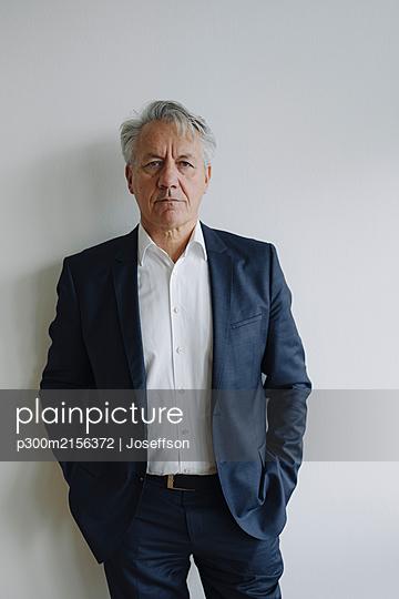 Portrait of a serious senior businessman - p300m2156372 by Joseffson