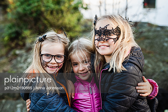 Smiling girls ready for Halloween - p312m2190985 by Anna Johnsson
